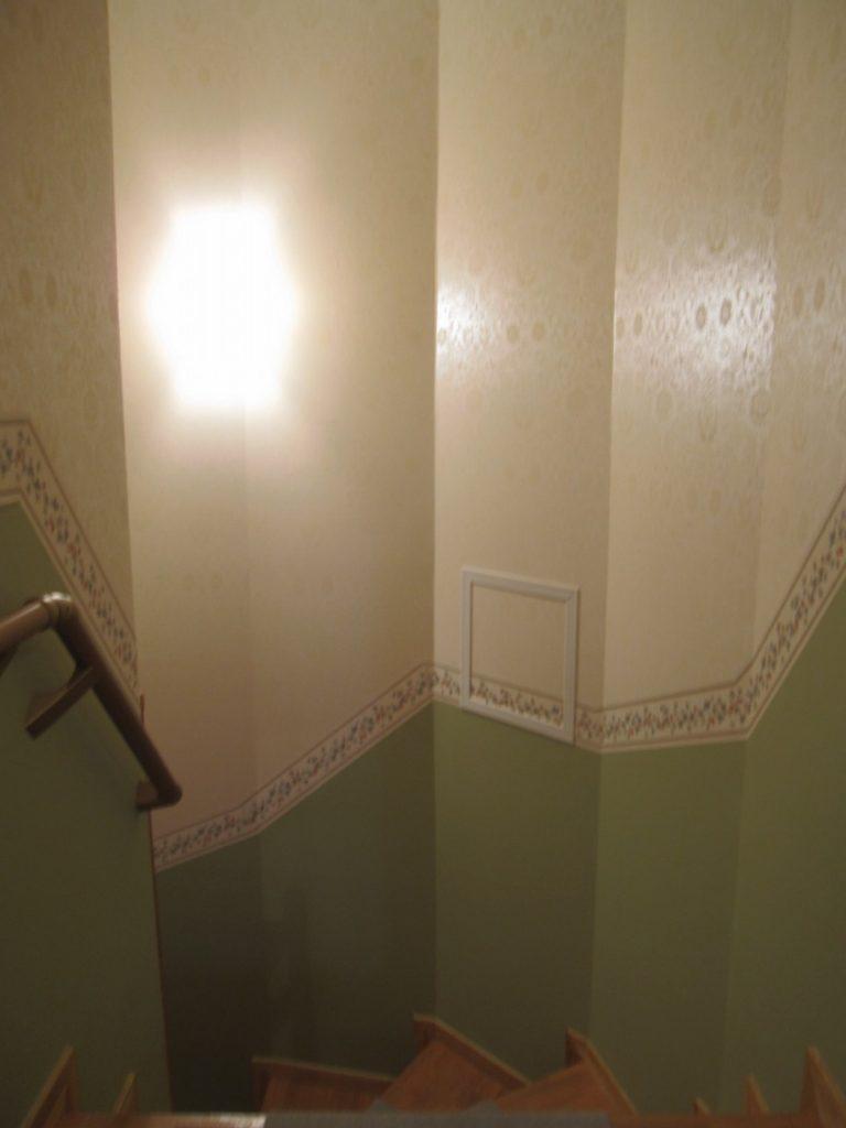 暗い廊下を温かみのあるエレガントな階段に仕上げました