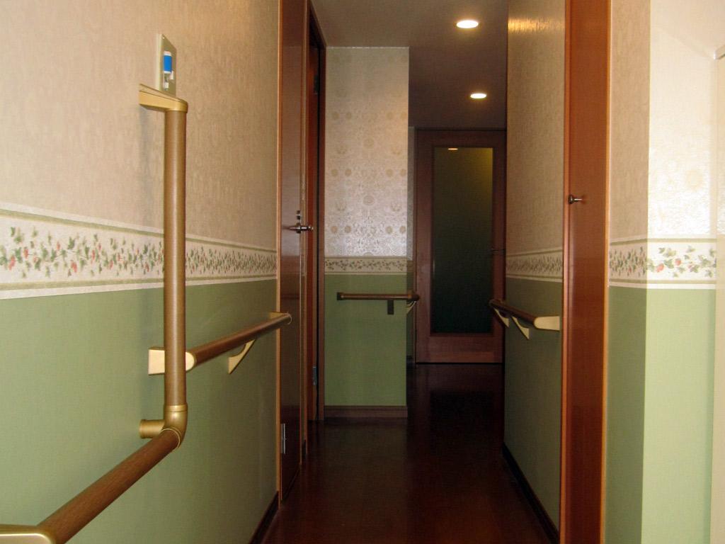 暗い廊下を温かみのあるエレガントな廊下に