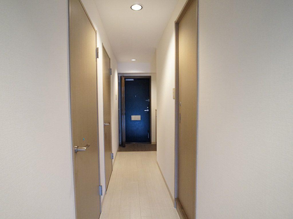 質の良い賃貸マンションで快適に暮らす  廊下は明るい床材に