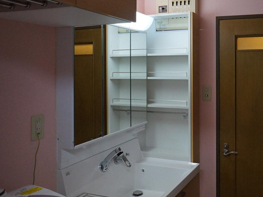 見た目も美しい収納で、安全面を確保した洗面所