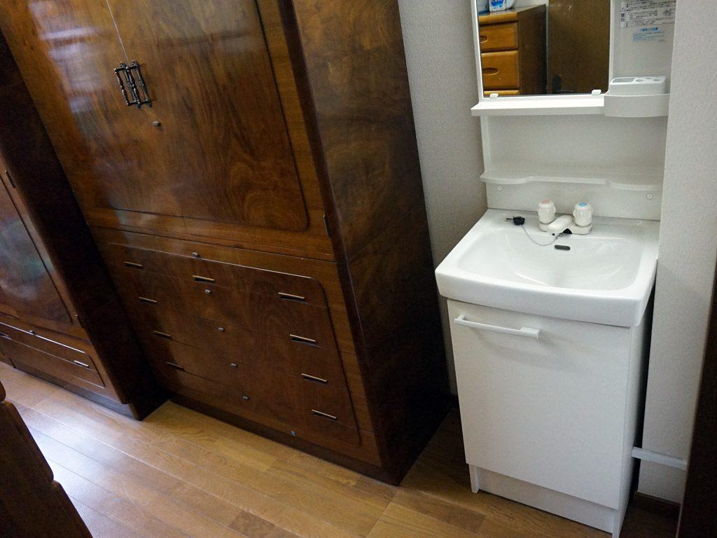 新たに1階の部屋に洗面化粧台(温水器付)を設けました。