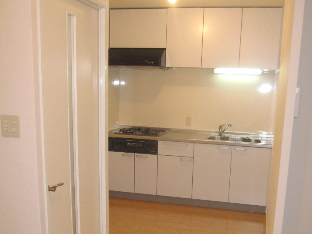 白でまとめた明るく清潔感のあるキッチン