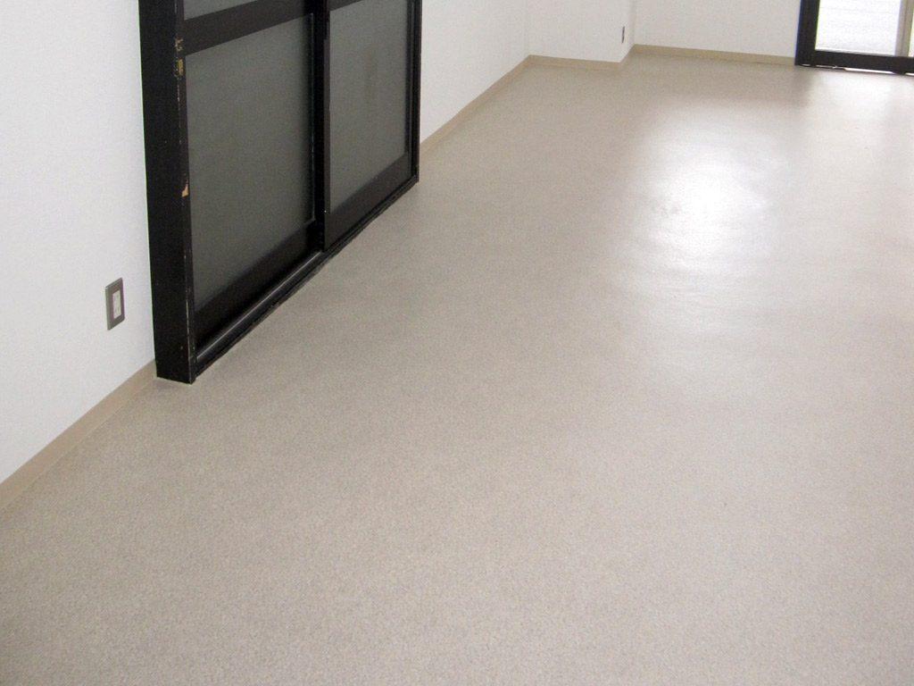 明るくお手入れしやすい床材です。