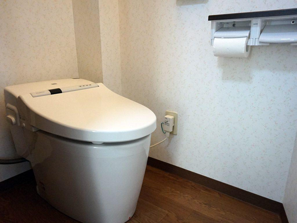 2階のトイレはコンパクトサイズの便座で節水トイレにしました。