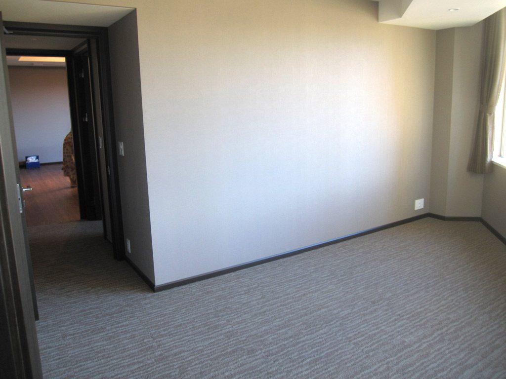 廊下回りも上質の足触りの良いタイルカーペット敷きに。