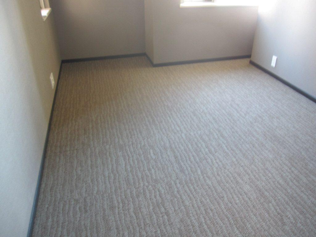 洋室もタイルカーペット敷きに。