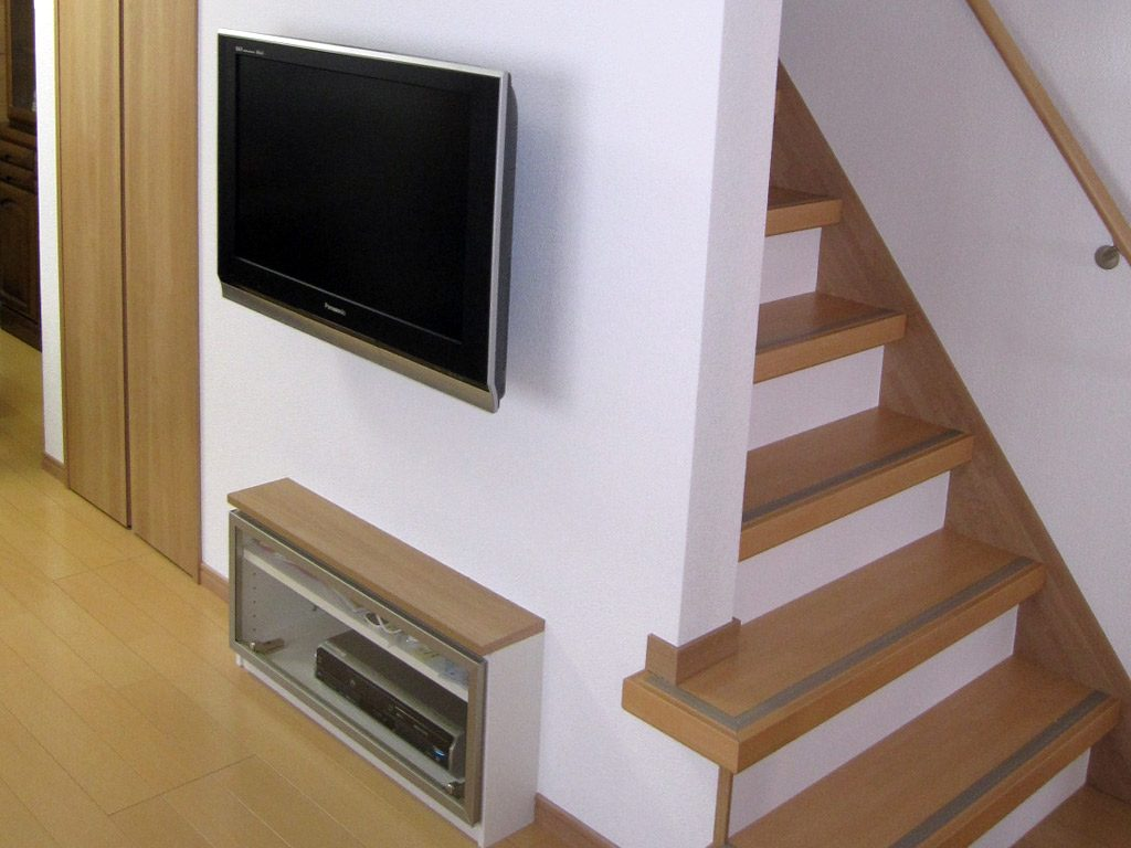 階段横のリビング壁にテレビを壁掛けにしてすっきりとまとめました。