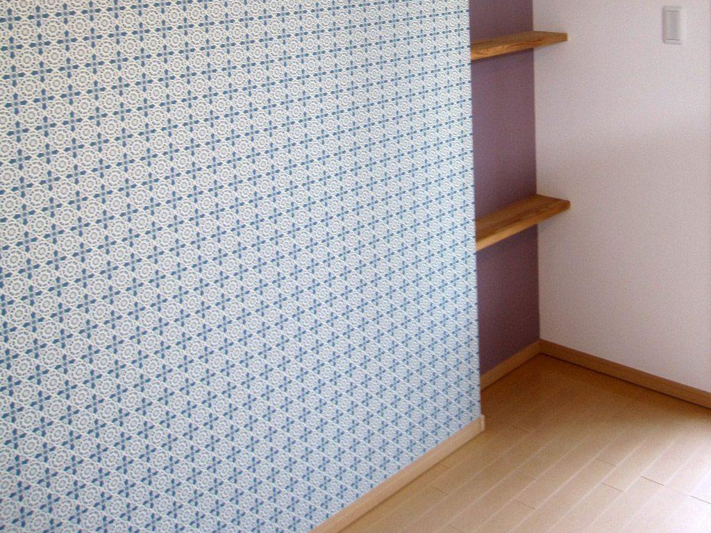 キッチン後ろの棚もクロスの種類を替えるだけでワンランクアップの棚に仕上がります