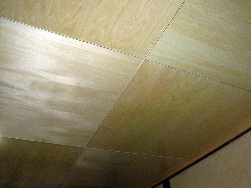 天井はシナベニヤにクリア塗装仕上げに仕上げました。
