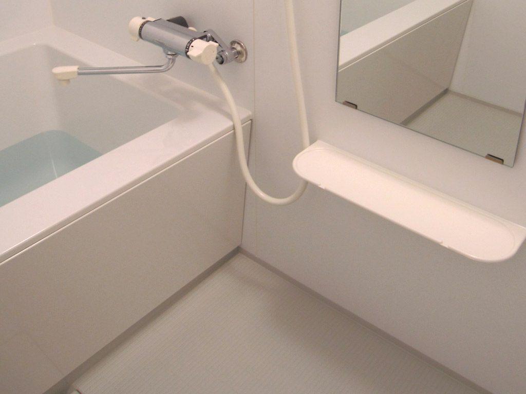 スクエアーなデザインの浴槽