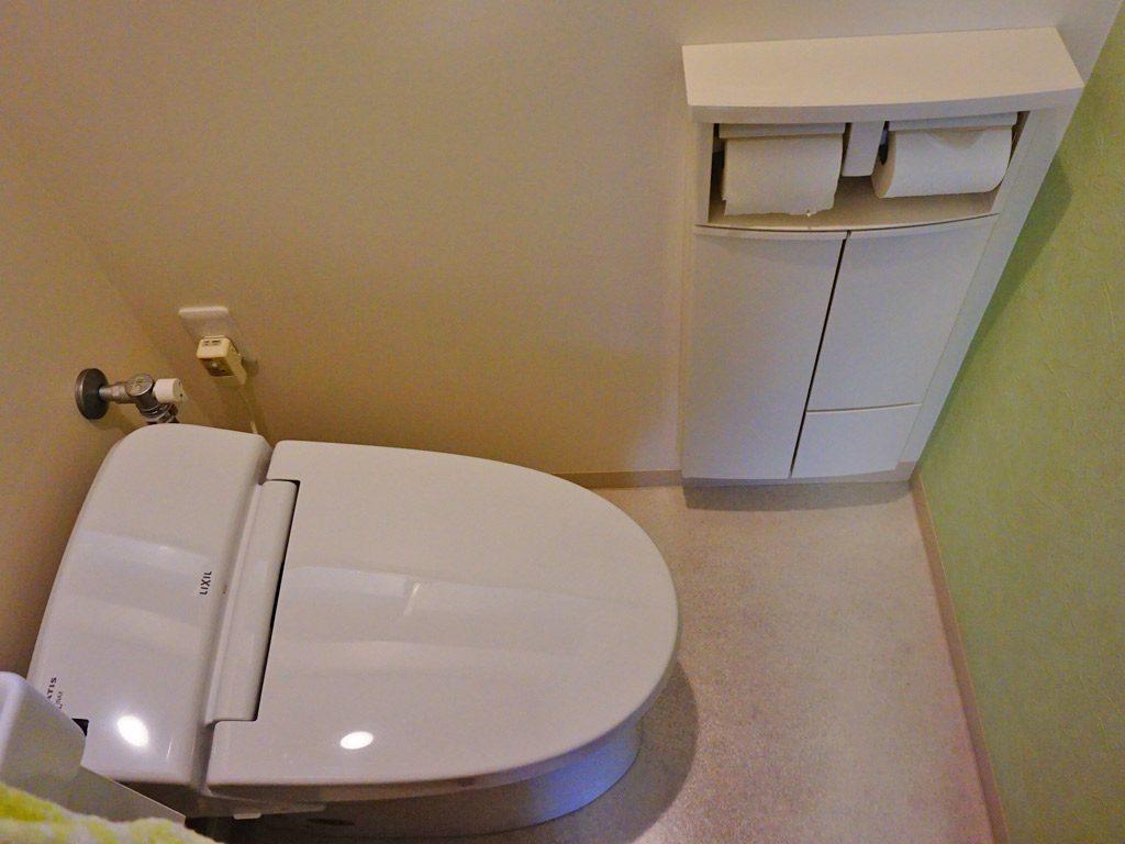 座が小さめのトイレを選びました。収納は壁の中に設置することでスペースを取りません。