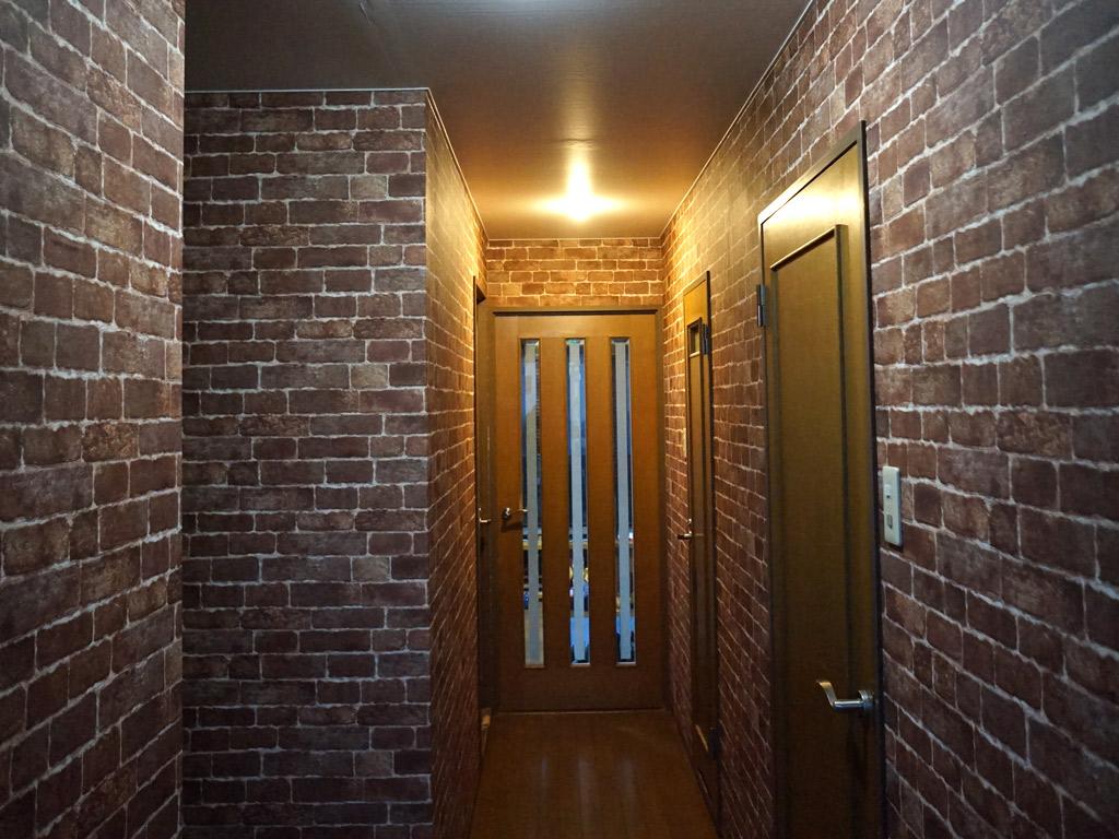 180度雰囲気を変え、異国情緒な気分に。アンティークレンガ調のクロスを使った玄関の空間作り。