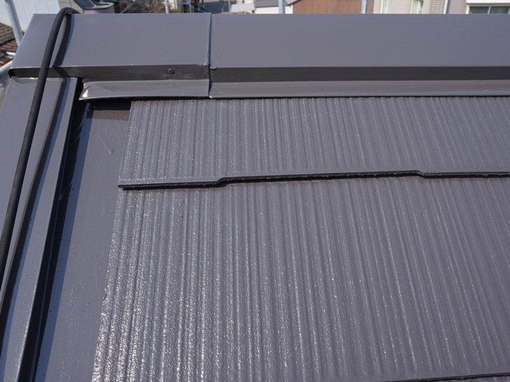 屋根の優れた遮熱塗装です。赤外線を反射して急激な夏の温度上昇を防ぎます。
