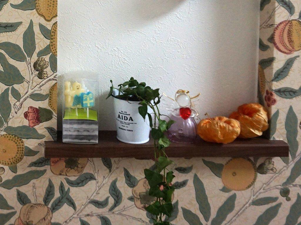 間仕切り壁に飾り棚をつけてお気に入りの小物を飾ります。