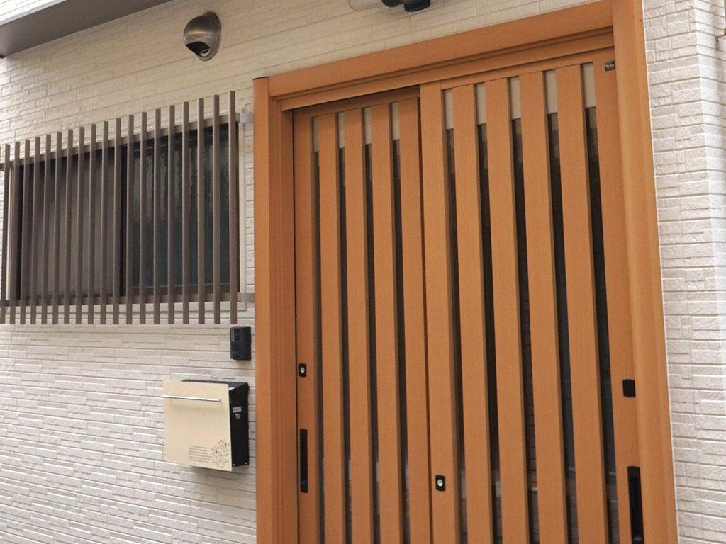 正面の外壁材は雨で汚れをきれいに落とす親水コートを採用してる商品です。安定感のある石積柄は、表情豊かな外観となるでしょう。また表情は日の照り方によっても楽しめます。
