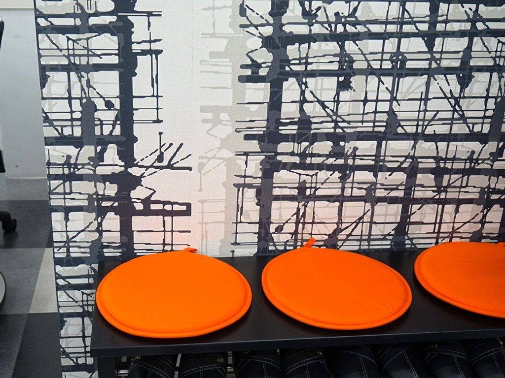 椅子のオレンジがアクセントになっています。