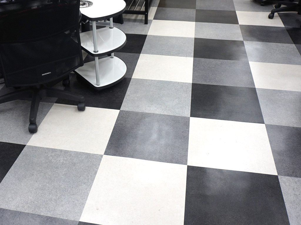 四色で配色を考え、明るい床に仕上げました。