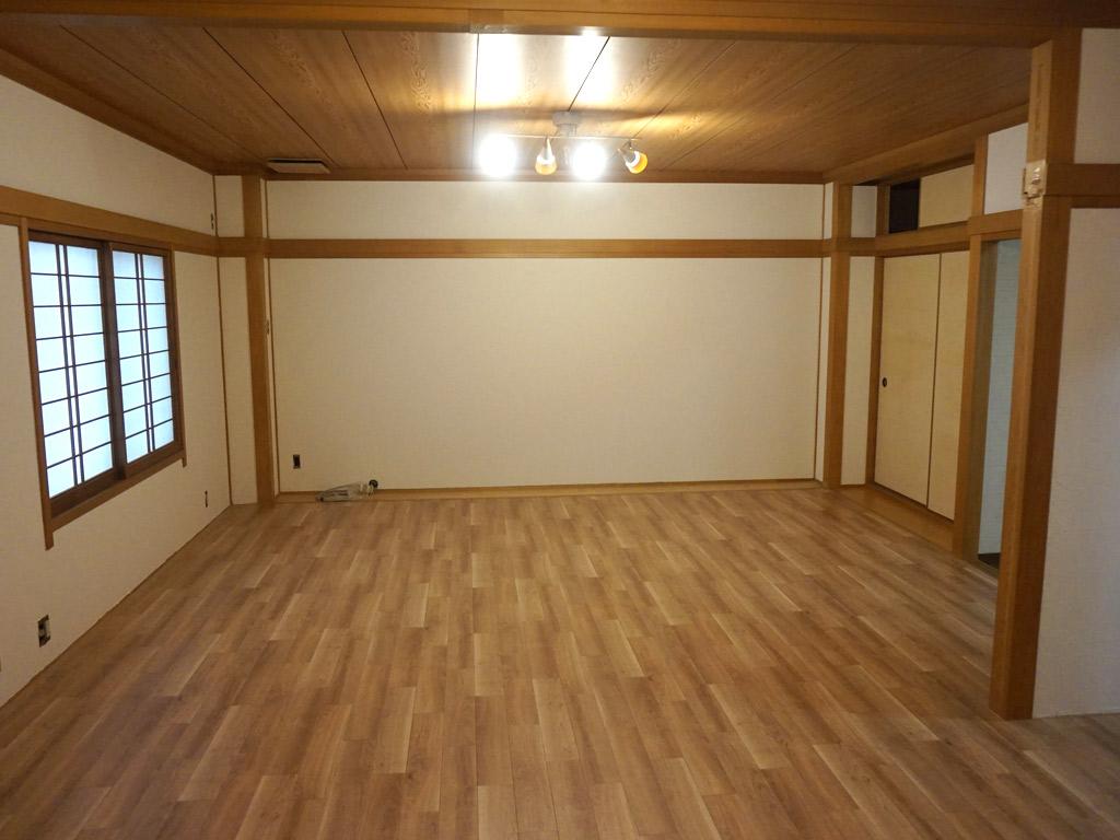 和洋折衷風の和室で、落ち着いたヨガアロマ教室の空間。