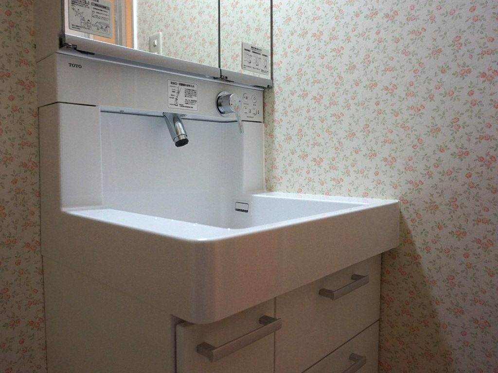 洗面室はお気に入りのバラのクロス