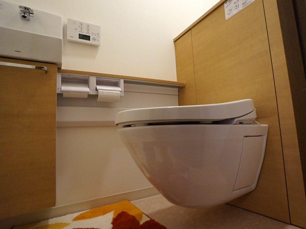 最新の節水トイレ。TOTO 床はお掃除しやすいデザインで床に設置面がありません。