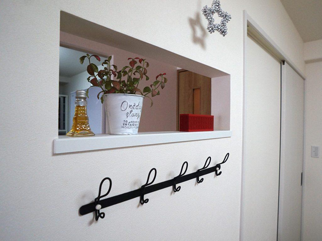 壁の厚みを利用して飾り棚に、また明りが廊下側に入り廊下も明るくなります。