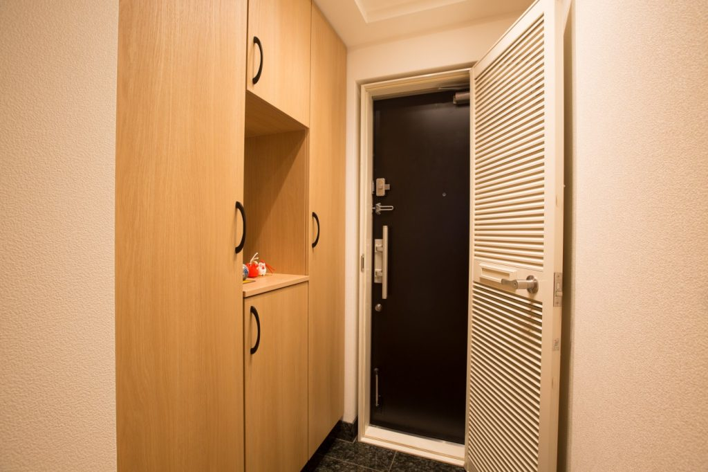 玄関収納を壁一面にすっきりとした玄関 大建工業