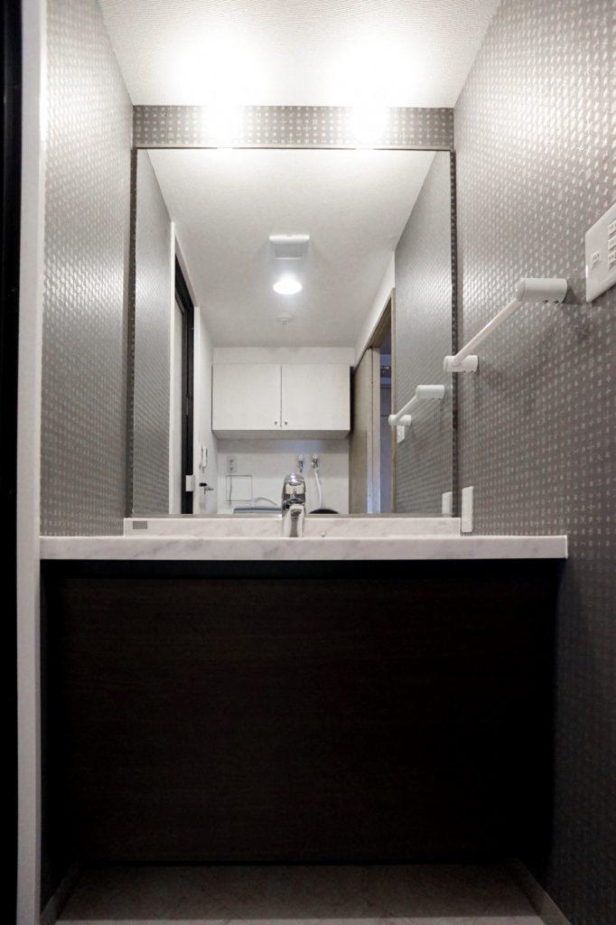 お風呂のイメージをそのまま洗面室にも。クロスにもこだわりました。