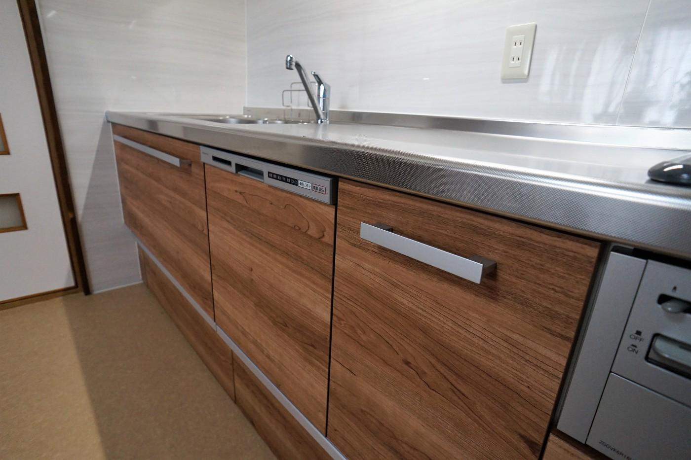古いタイルから一新。おしゃれで飽きのこない木目のキッチン。