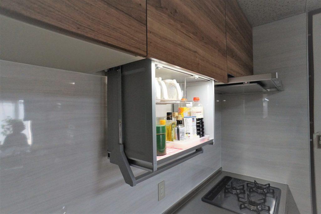 使用頻度の高いものを収納できます。収納スペースが昇降し使いやすくなっています。