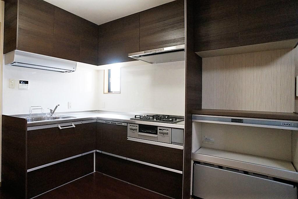 限られたスペースを有効活用し、収納量を増やしたキッチン。