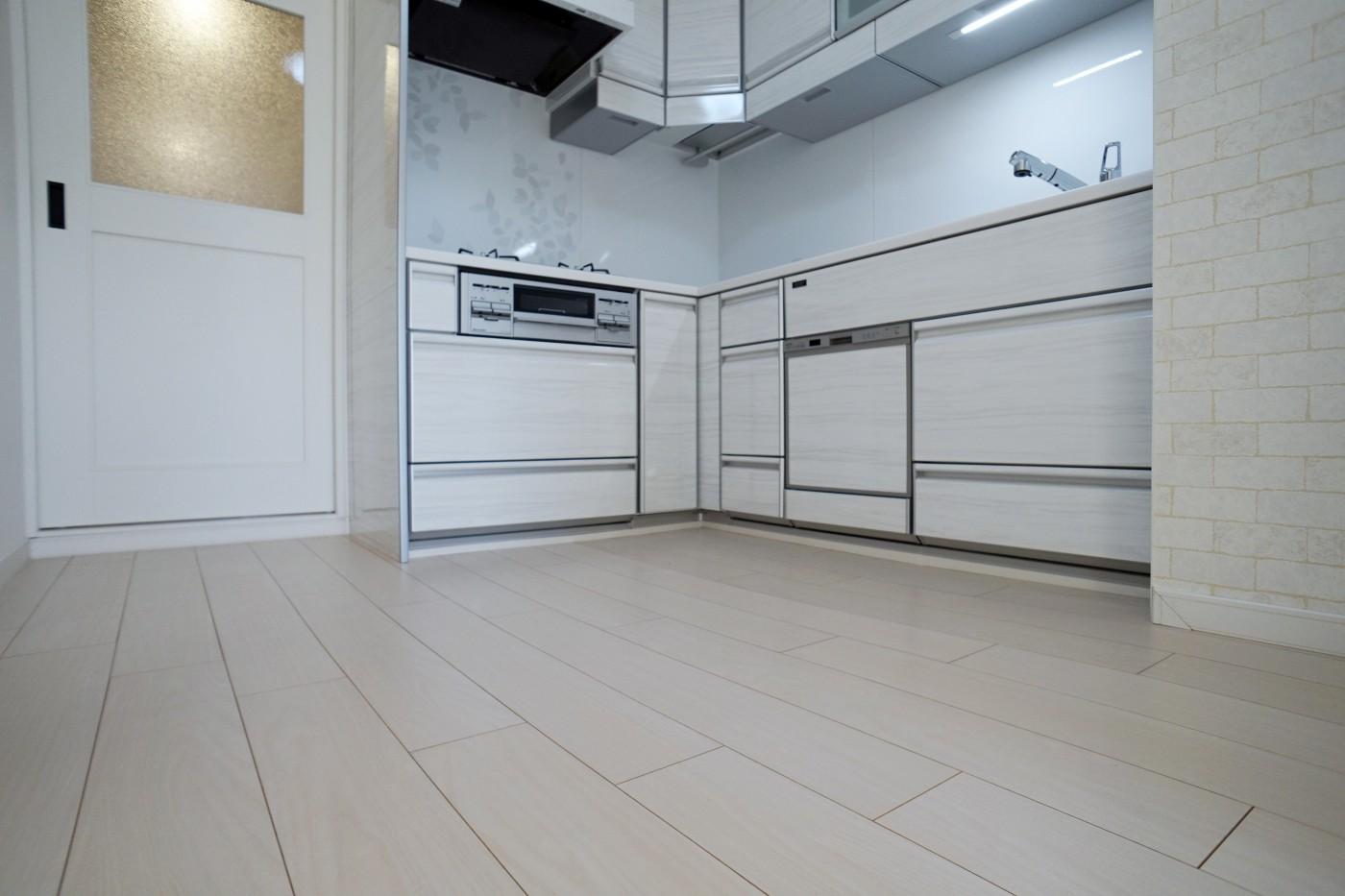 まるで新築マンションに変身、白を基調とした明るい部屋