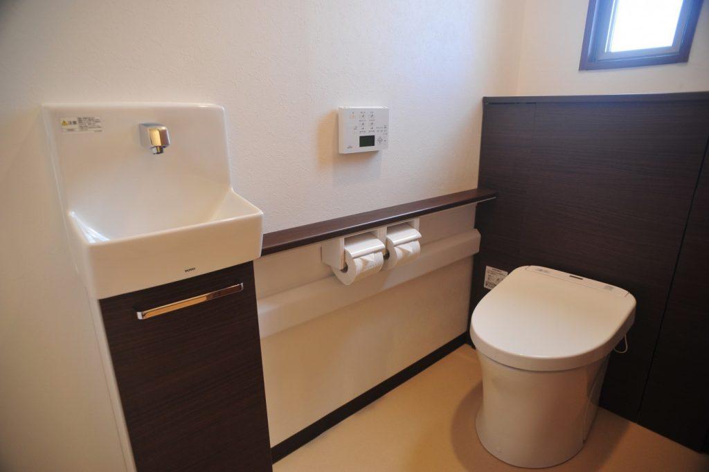 明るい落ち着いた最新のトイレ toto レストパル