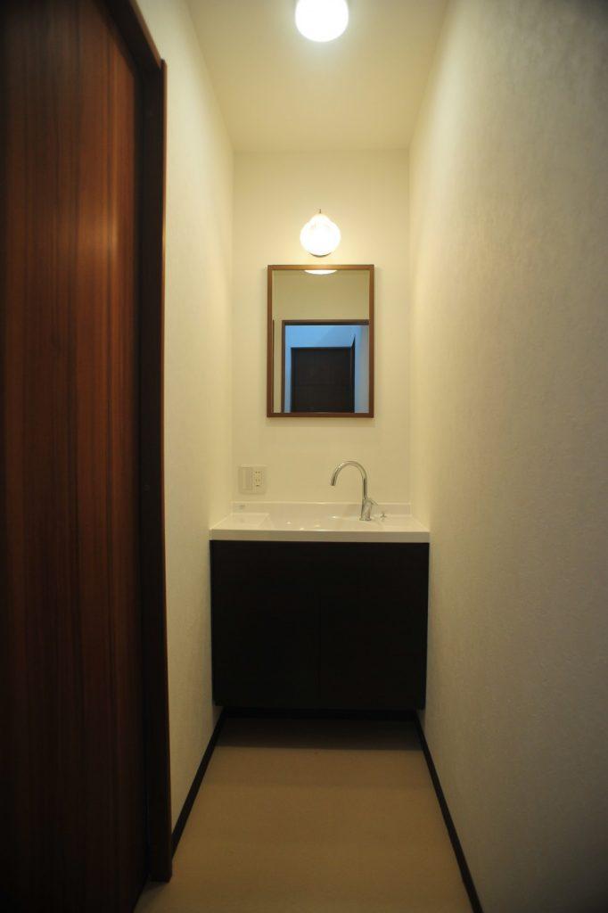限られた空間をシンプルにすっきりした洗面化粧台 リクシル エスタ