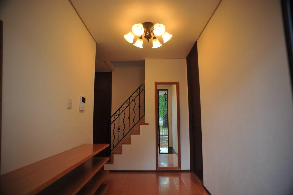 品格のある雰囲気を残した明るい落ち着いた玄関