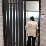 玄関ドアが古くて取り替えたいお客様に、リクシル南港ショールームご案内。
