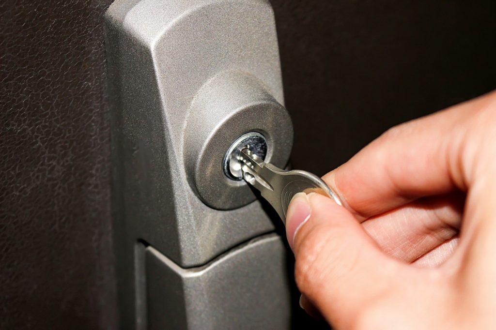 共働き家庭でも、住みながらリフォームする方法  留守家庭なら、鍵を業者に預けてリフォームできる