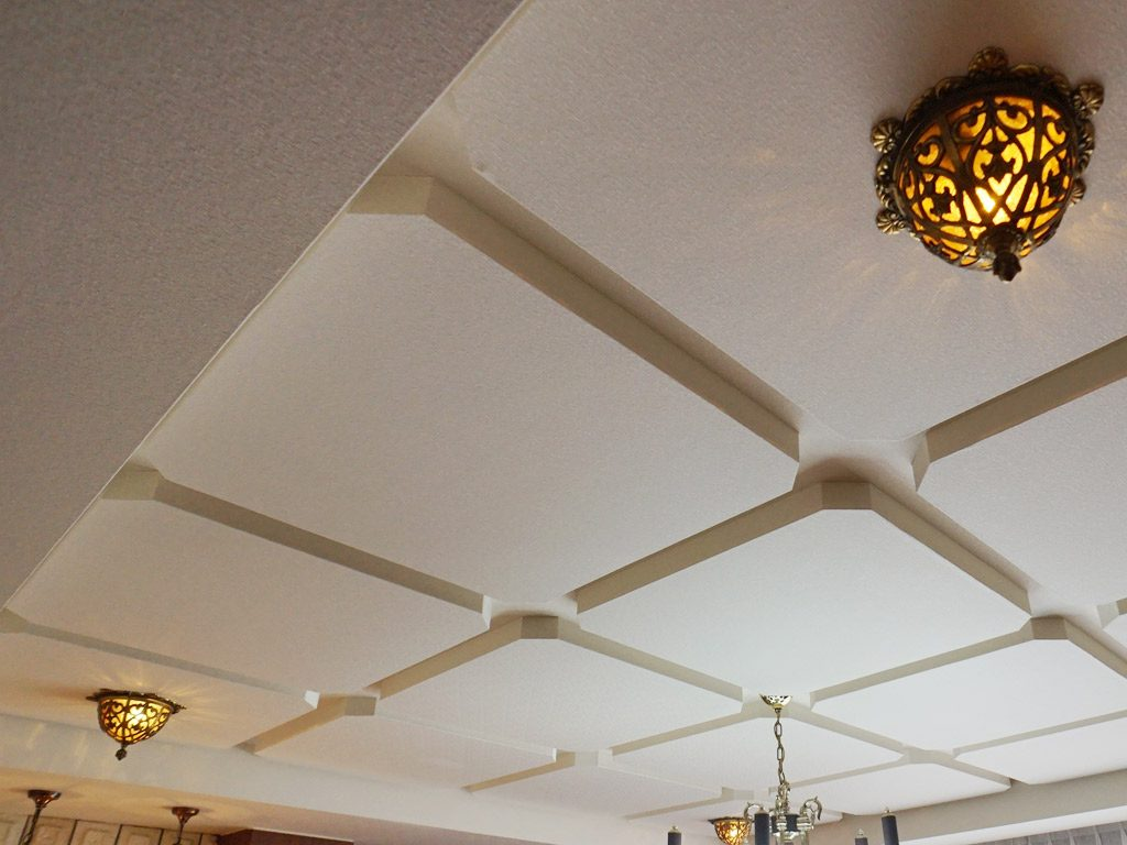 造形天井は施工しにくさ、織物クロスの貼りにくさがありましたが施工スタッフの熟年技できれいに仕上がりました。