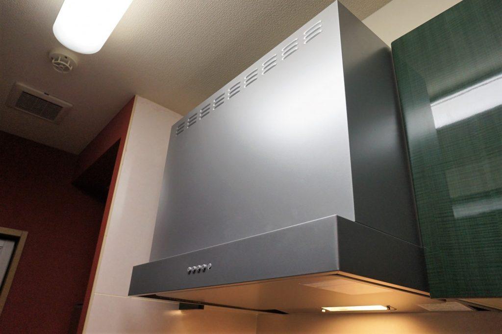 リクシルのレンジフードに取り換え スタイリッシュな形です。 吸い込みの音が静かでお掃除が簡単