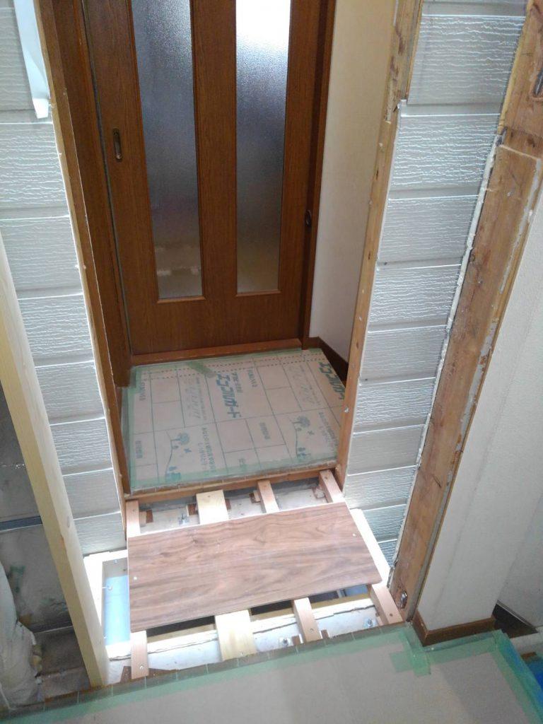 大工さんが、木材で床と壁の下地をつなげています。