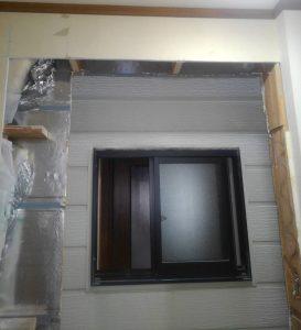 窓ガラスサッシを撤去して壁ボードを撤去解体。