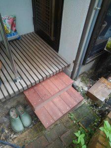 室外の踏み台は、木粉とプラスチックを混ぜあわせた人工木が最適です。横向きで手すりを持ちながら降りるので、踏み幅を広めにし踏み外しがないようにしました。
