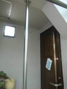 庭に降りる際に手すりを天井から床まで設置