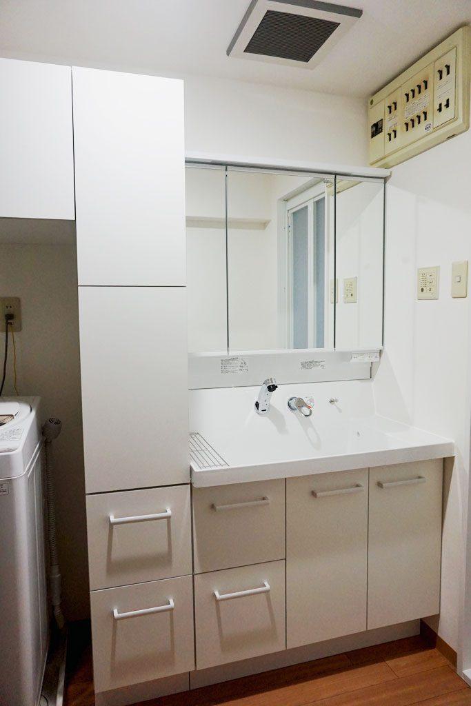 洗面所のデッドスペースに収納キャビネットをつけてすっきり