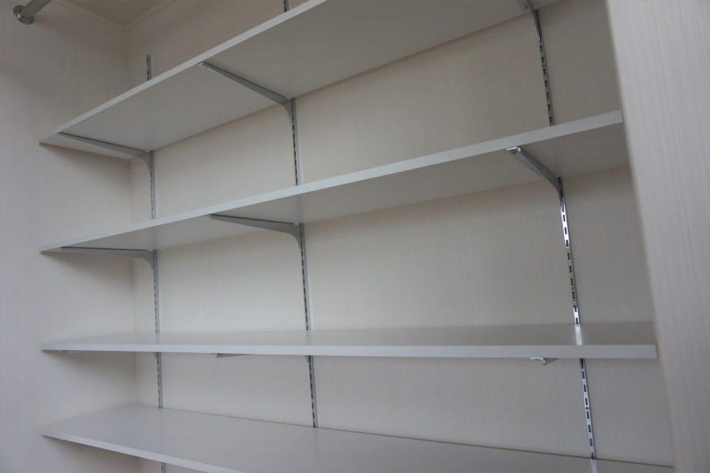 押し入れの奥行きの深さを利用して棚を設置 棚の高さは調整します。
