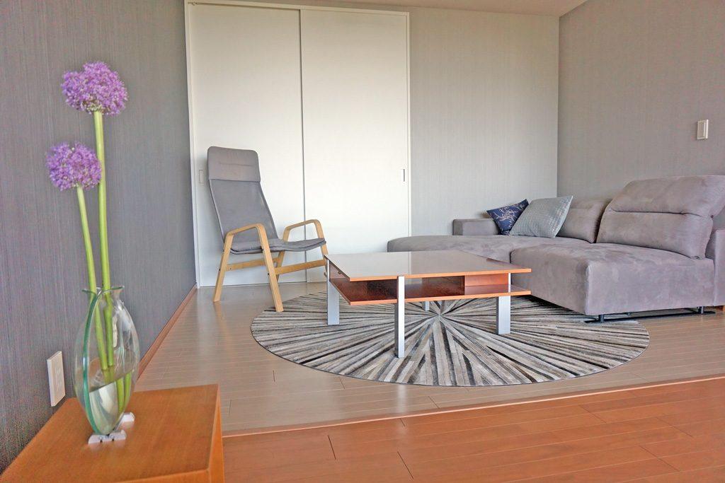お客様のイメージ通りのシンプルモダンに仕上げ、大好きな家具と内装材のクロスでよりいっそう雰囲を作るご提案をしました。