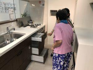 大阪市住之江区の南港にあるリクシルのショールーム、  システムキッチンのシエラをご覧いただきました。