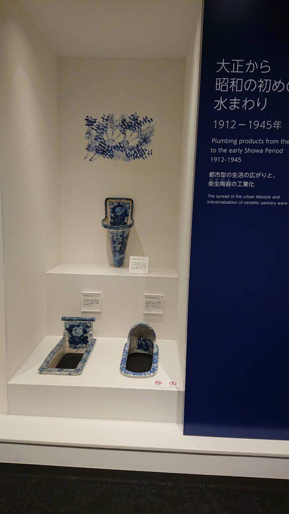 北九州市のTOTOミュージアム 藍色の塗料で描かれた絵が美しい便器