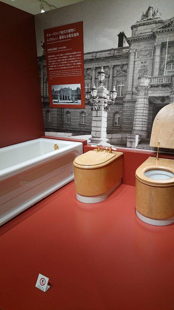 北九州市のTOTOミュージアム 木の便座を使ったトイレ
