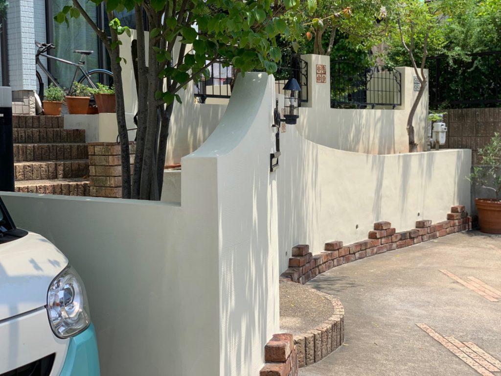 塀のデザインや塗り度合いは、左官屋さんの熟練の技術で、おしゃれな雰囲気に生まれ変わりました。
