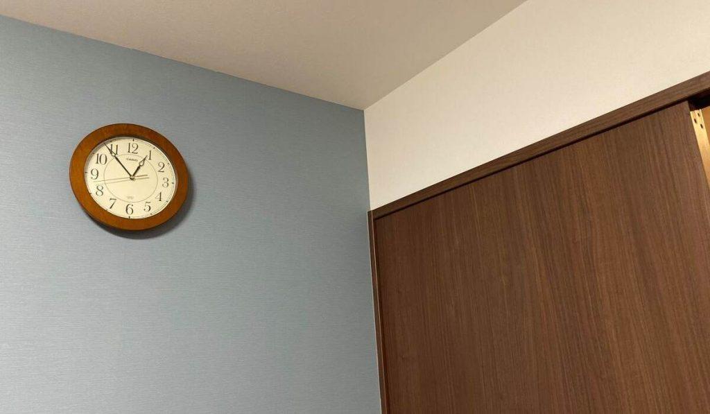 柔らかいブルーと濃い木目のアクセントクロスの写真